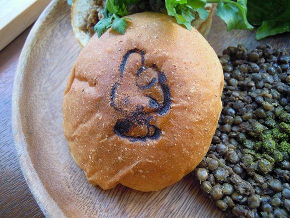 【期間限定】マイメロディちゃんの激かわカフェに大興奮/ミステリアスな「黒い粒」で話題のハンバーガーを食べてみたなり