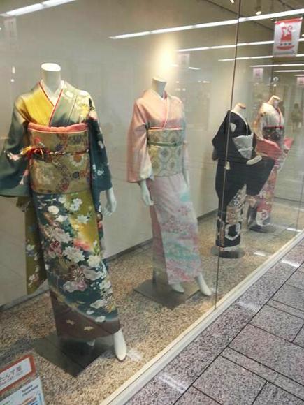 最近の和服業界は帯太めが最先端!? 川崎駅の地下街で、思わず2度見してしまう極太結びを発見!