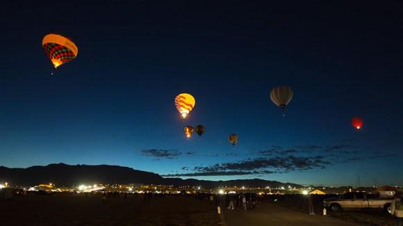 空いっぱいに埋め尽くされた700もの気球に大興奮! アルバカーキ国際気球フェスティバルの1日をとらえたタイムラプス映像が美しすぎる