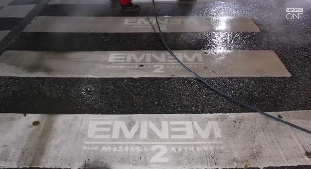 け、けしらかん!! 街中に宣伝をラクガキするとは非常識すぎる! と思いきや…「エミネム」ニューアルバムの斬新すぎる告知が話題に!