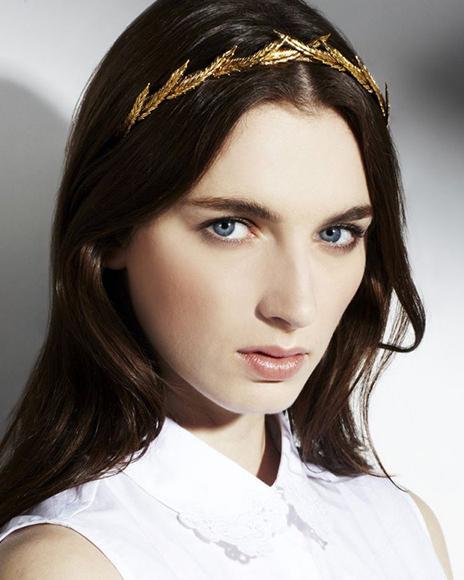 古代ローマを思わせるゴールドの神秘的なヘッドドレス