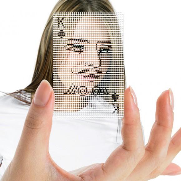 相手の顔にヘンなイラストを重ねて密かに楽しむことができるトランプ『Poker Face Cards』