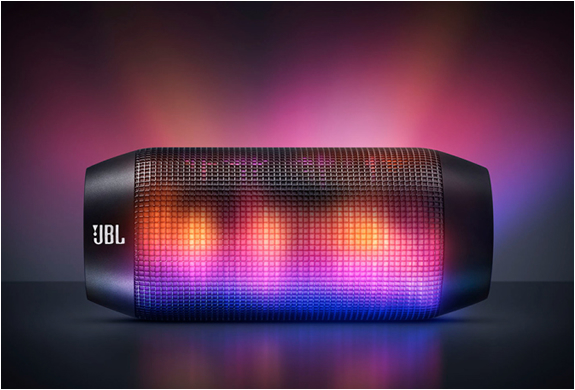 音に合わせてスピーカーが幻想的に光る! スマホアプリで光りのパターン操作も可能