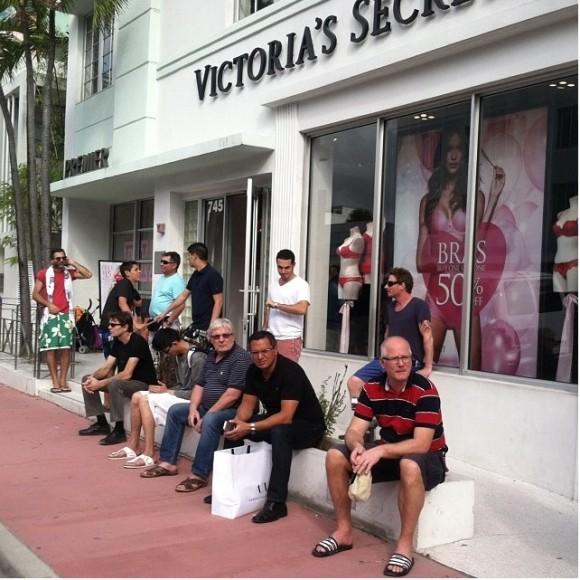 「ああもうウンザリだ!」…ショッピングに付き添う男たちの憂鬱が如実に見てとれる画像集