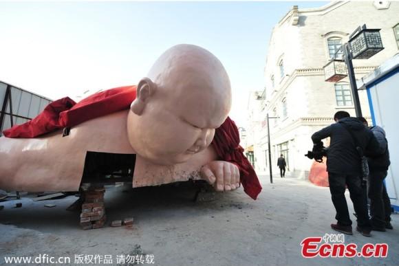 進撃のブッダ!? 中国の山東省にあらわれた巨大ブッダ像があまりにアグレッシブすぎて2日で撤去される事態に!