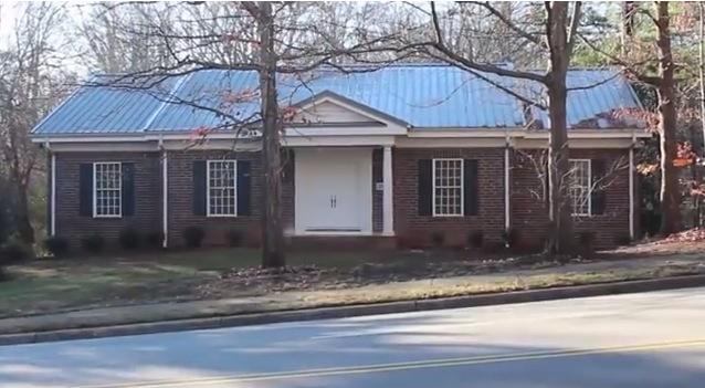 幽霊屋敷? 最新兵器の格納庫? 米国の郊外にひっそり佇む「ミステリーハウス」の謎!!