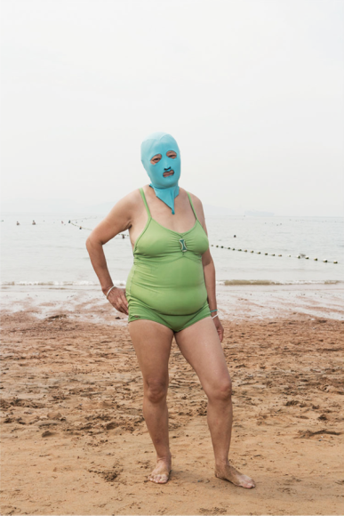 """中国のビーチにいる「顔面マスク女子」写真集 / 見た目を気にせず """"日焼け防止"""" に熱意をかける"""