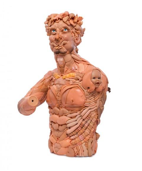 ちょっぴりグロテスクだけど惹きつけられずにはいられない!? 無数の人形のパーツで作られた人体模型