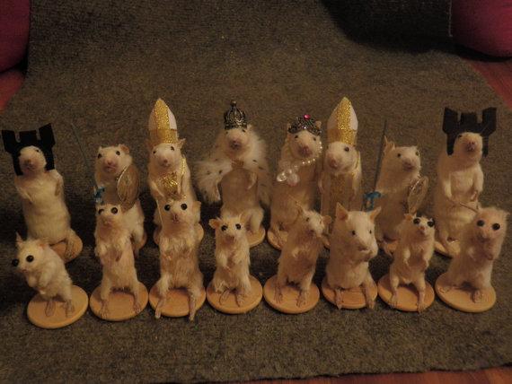 こ、これは…どうなの!? 「全駒がネズミの剥製」チェスが発売されてたぁ!!!