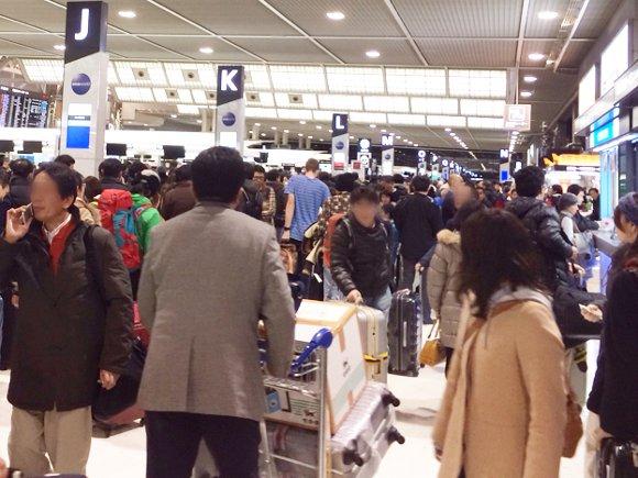あふれかえる人・人・ヒト!! 数十年ぶりの大雪で施設全体が難民の海に!! 成田空港はこんなにも大パニックでした