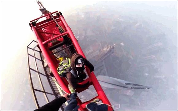 命綱ナシ&素手で世界2位のビルに登ったよー! てっぺんまでの超無謀チャレンジを疑似体験できるムービーが話題沸騰