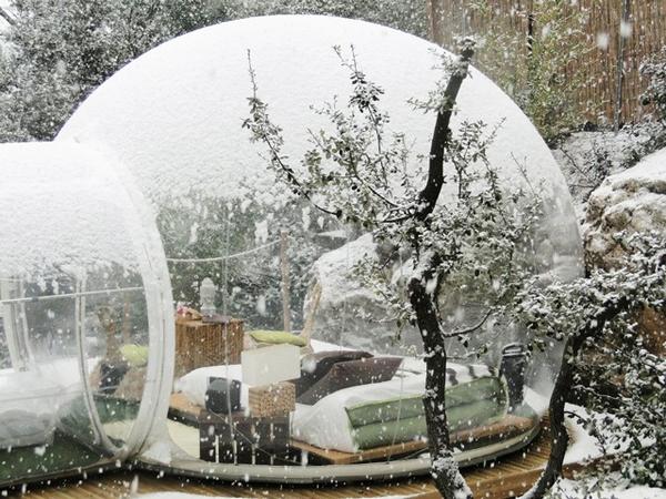 透明バルーンにしんしんと降り積もる雪……冬も超絶ロマンチックなシャボン玉みたいなテント