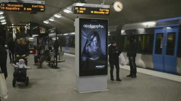 この広告すげえ!! 電車が到着すると、風でモデルの髪が舞いあがる「電子看板」