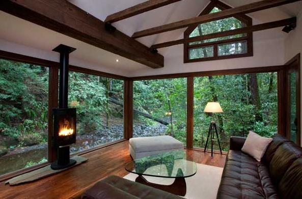 こんな別荘に泊まりたい! 小説の中に出てきそうな木立の中のシンプルモダンログハウス♪