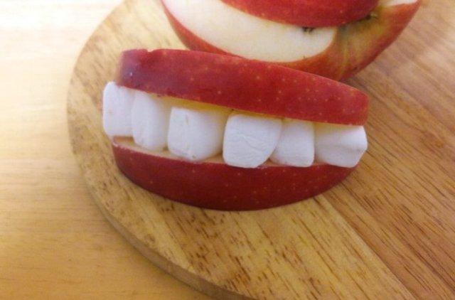 【グロ可愛い】リンゴとマシュマロで「入れ歯」を作り、実際にはめたらどうなるのか!?