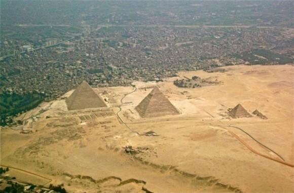 えっ、こんなふうになってるの!? ピラミッドやタージマハルなど世界の名所をズームアウトして見てみたら!
