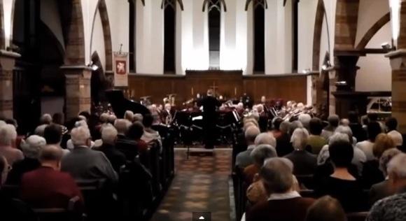 クラシック音楽のコンサート中にトロンボーン奏者がド派手なクシャミをした瞬間映像