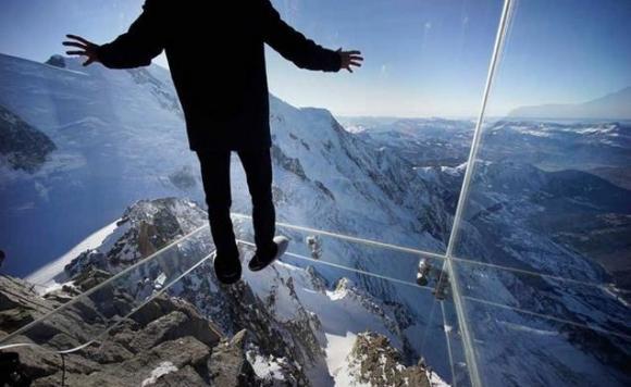 ひいぃぃぃ 足がすくむぅぅ……でもこの眺めはすばらしいっ!! スリル満点&絶景な世界の高所