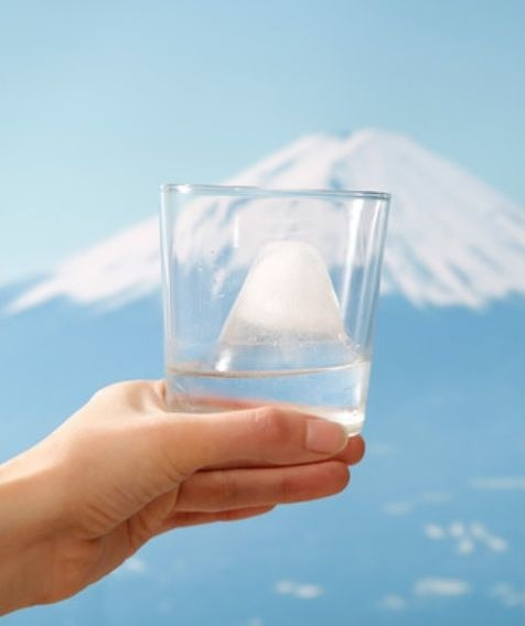【かわいい】日本一の頂きをひとり占めできちゃう! 雪化粧の富士山が作れる製氷器「FUJI ON THE ROCK」がステキ!!!