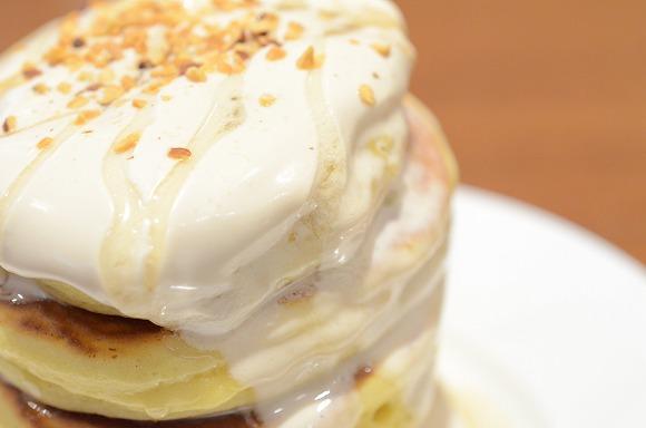 【4月15日の新発売】デニーズの「タワーパンケーキ」を食べてみた / ふっくらとした6段重ねのパンケーキにクリーム&はちみつがトロリ♪