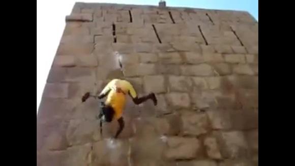 【まばたき厳禁】リアルスパイダーマン参上!? 壁を瞬速で登っていく超人的男性の姿に思わず絶句!