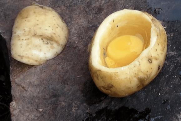 【キャンプに最適】熱した炭の中にポイッと入れておくだけで作れちゃう「卵ポテト」