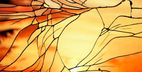息をのむほど美しい! 「砕けた鏡」&「夕暮れ」が生み出した世界にふたつとないステンドグラスの数々