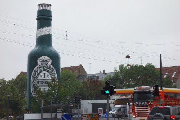 【衝撃的光景】あれは一体なんだ!? デンマークの街中にニョキッとそびえたつのは……でっかいビール瓶が!?