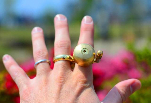 チンチンチン!! これで人にぶつかることがないぜ……自転車に装備されているベルが付いた「チンチン指輪」を発見ッ!
