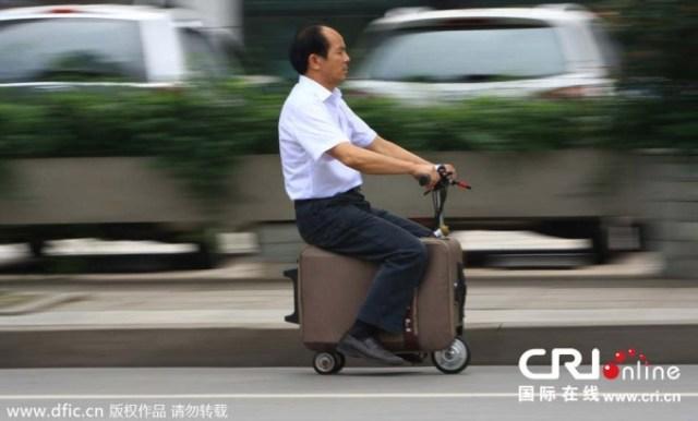 【中国人の発明品】農家のおじさんが10年を費やし完成させた時速20キロで走るスーツケースがスンゴい! でもなぜだかちょっと笑っちゃう