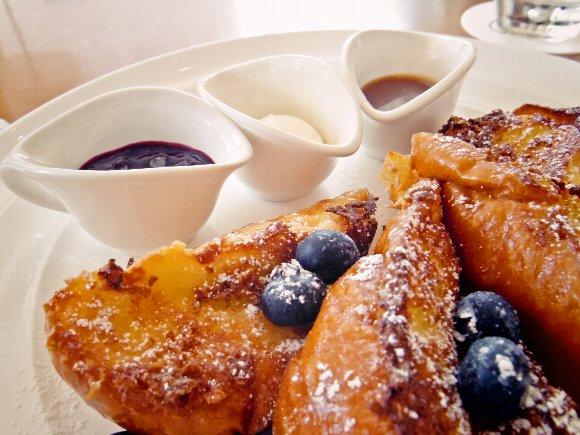 【スイーツ速報】ニューヨークの朝食の女王「Sarabeth's(サラベス)」から店舗限定メニューが販売開始! 外はパリッパリ、中はフワッフワでフォークがもう止まらぁぁぁん!