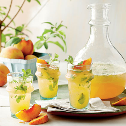 昼下がりのブランチに飲みたい! 初夏にピッタリ、桃とミントがふんわり香るカクテル「ピーチモヒート」の作り方