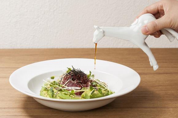 【かわいい】キリンの口からしょうゆが出てくる!? 食卓がサファリパークみたいになる「アニマル調味料入れ」がなかなかユニークなのです♪