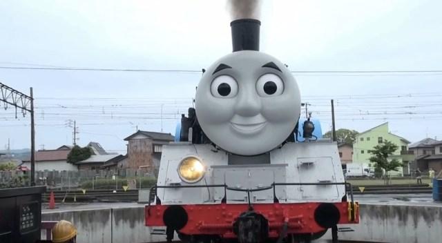 リアル「きかんしゃトーマス」が日本の街を走行する様子がめっちゃシュールだと話題に!