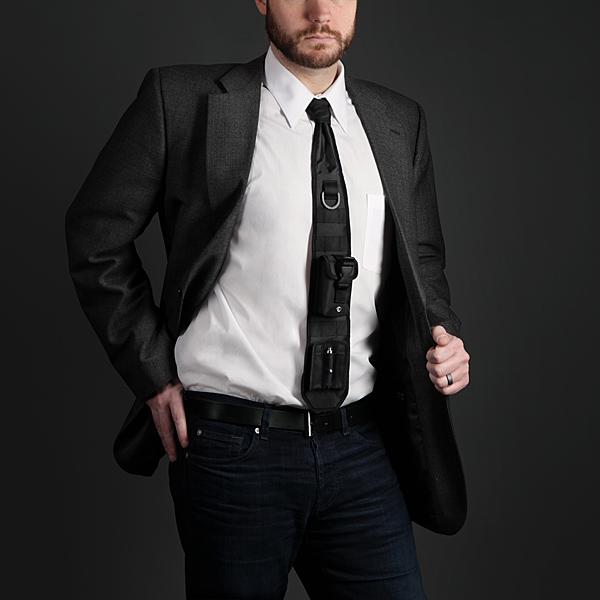 日夜戦い続けるビジネスマンの必需品となるか!? 「小物の携帯が可能」&「レーザーポインター完備」超ハイスペックネクタイを発見