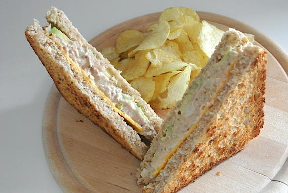 【メチャ簡単レシピ】今日のランチに作っちゃおう! ツナとチーズのハーモニーが最強のアボカド入り「ツナメルト・サンド」