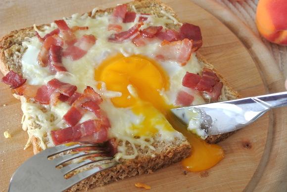 【10分で本格カフェ飯】黄身のとろ〜り具合とチーズのハーモニーがたまらない! ベーコンとチーズの目玉焼きトースト