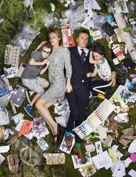 自分が出した1週間分のゴミと一緒に、ハイチーズ! 生活や経済的背景までわかっちゃうアート「7 Days of Garbage」が興味深い