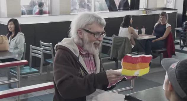 世界的イベント「ゲイ・プライド」にちなんで「バーガーキング」が販売した限定バーガーに世界が感動! レインボー柄の包装紙に隠された秘密とは?