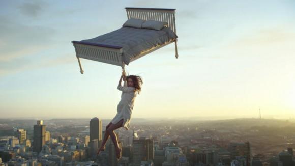女性とベッドが空にふわりと浮かんでるッ!! ファンタジックな「IKEA」新CM撮影の舞台裏