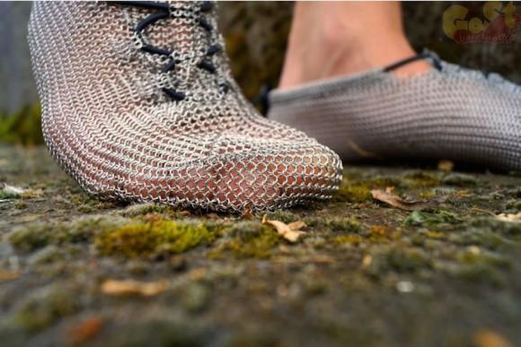 「鎖帷子(くさりかたびら)」のシューズができた〜! 素足で歩く感覚を味わえるらしい