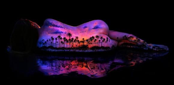 女性の背中に描かれた壮大な光景に絶句……! ブラックライト×蛍光塗料が生み出すまばたきするのも忘れる美麗アート