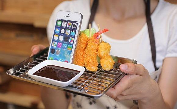 食品サンプル職人が本気で作ったスマホスタンドがおいしすぎッ! 大阪名物「串カツ」と「タコせん」がめちゃリアルに再現されてるでぇ~!!!