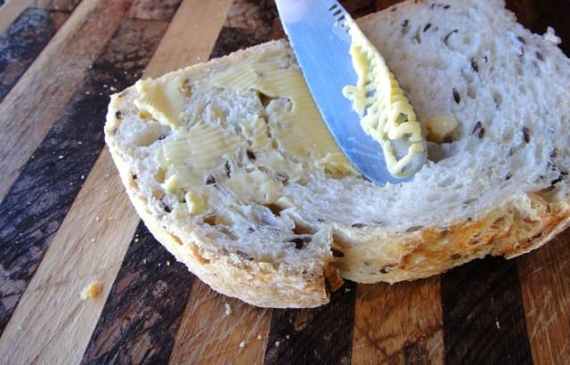 【最高のぬり心地】なにこれ快感……! バターがにゅるっと細くなる摩訶不思議なバターナイフ