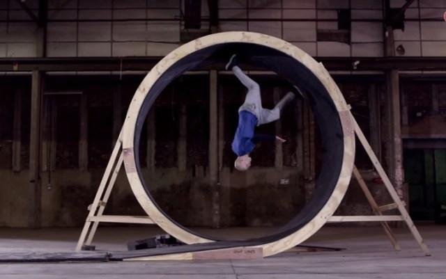【本日の絶景動画】人間の足でループコースを1回転できるのか!? 重力の限界に挑戦する男