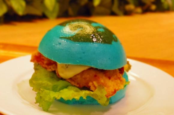 【珍グルメ】ガガーリンもびっくり! ここまで真っ青なハンバーガーが食べられるのはココだけ/地球をイメージした「ブルーバーガー」を食べてみた in 横浜