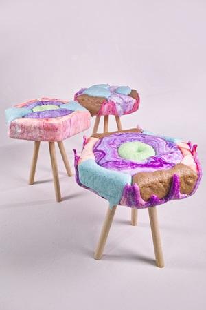 お菓子の家のイスみたい! キュートなパステルカラーが印象的なハードキャンディ・スツール