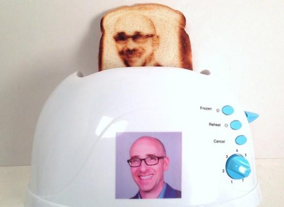 自分の顔が描かれたトーストをパクッ!! 自撮り画像の焼き目がつけられる画期的なトースターが登場!