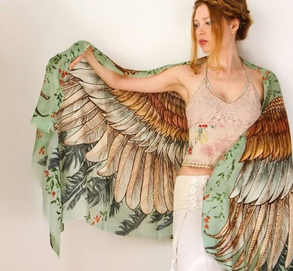 ジュディ・オングもビックリ!? 両手を広げればそのまま空へも羽ばたけそうな大きな翼のスカーフ