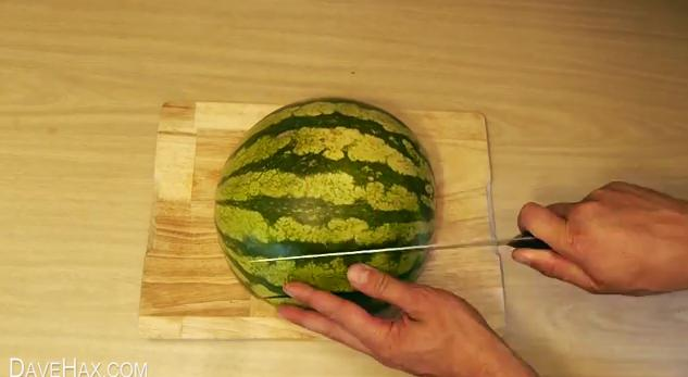 【やってみよう】新しいスイカの切り方! まるでスイカバーみたいにスティック状に切る方法